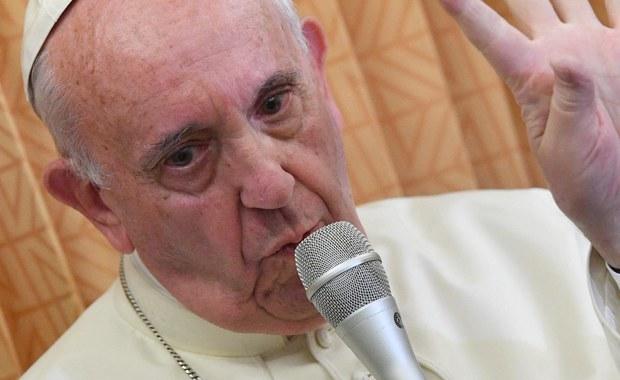 """Papież Franciszek powiedział, że w swoim życiu jako ksiądz, biskup i także obecnie """"towarzyszył"""" homoseksualistom. Podczas konferencji prasowej na pokładzie samolotu w drodze z Baku do Rzymu ujawnił, że przyjął w Watykanie osobę, która zmieniła płeć. Skrytykował też ostro teorię gender."""