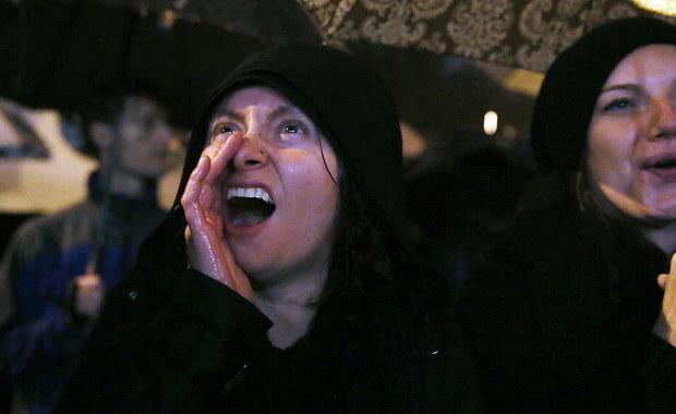 """W Polsce tysiące kobiet wzięło udział w ogólnopolskim strajku kobiet. To reakcja na projekt wprowadzający całkowity zakaz przerywania ciąży. W Warszawie przeciwniczkami zaostrzenia prawa antyaborcyjnego wypełnił się Plac Zamkowy, Krakowskie Przedmieście i ul. Miodowa. Później uczestniczki protestu przemieściły się przed Sejm, a następnie przed Teatr Polski. Kilka tysięcy osób wzięło udział w Marszu Milczenia w Krakowie, ale protestowano też w innych miastach Polski. Podczas manifestacji w stolicy w związku z zakłócaniem porządku czterech mężczyzn zostało doprowadzonych do jednostek policji. W Poznaniu z kolei zatrzymano trzy osoby za obrzucenie kamieniami siedziby PiS. W poniedziałek prowadzony był też """"biały protest"""" - w kościołach prowadzone były modlitwy w intencji ochrony życia. W niektórych miastach odbywały się też kontrmanifestacje."""