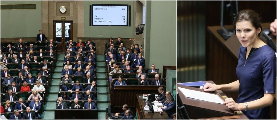 """Sejm odrzucił obywatelski projekt komitetu """"Stop aborcji"""", zakładający całkowity zakaz i penalizację przerywania ciąży. Za odrzuceniem projektu głosowało 352 posłów, 58 było przeciw, 18 wstrzymało się od głosu. Odrzucenie projektu zarekomendowała w środę sejmowa Komisja sprawiedliwości i praw człowieka na wniosek posłów PiS i PO. Przed głosowaniem premier Beata Szydło zapowiedziała kompleksową akcję mającą na celu wsparcie i promocję ochrony życia. Jak mówiła, do końca roku powstanie program wsparcia dla rodzin, które wychowują dzieci niepełnosprawne. Jarosław Kaczyński przyznał natomiast, że PiS doszedł do wniosku, iż przedsięwzięcie, jakim jest obywatelski projekt zakazujący aborcji, może doprowadzić do procesów, których efekt będzie dokładnie przeciwny."""