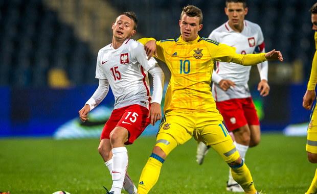 Polska kadra U-21 wygrała w Bydgoszczy towarzyski mecz z Ukrainą 2:0 (1:0). Bramki dla biało-czerwonych strzelili Mariusz Stępiński i Kamil Mazek. Goli mogło paść więcej, ale obie drużyny nie wykorzystały na przykład rzutów karnych. Nasi młodzi piłkarze szykują się do mistrzostw Europy, które w przyszłym roku odbędą się w naszym kraju.