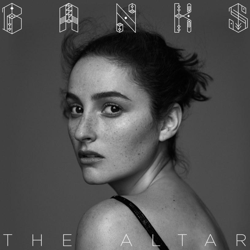 """Jillian Rose Banks postawiła swój drugi, jeszcze pewniejszy niż pierwszy (""""Goddess"""" z 2014 roku), krok na muzycznym rynku. Artystka czuje się coraz lepiej w swoje skórze i w stylistyce, którą obrała. Jest coraz silniejsza, co prezentuje na swoim drugim długogrającym albumie zatytułowanym """"The Altar""""."""