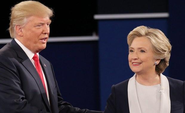 """W bezprecedensową, obfitująca w obelgi i wzajemne oskarżenia, kłótnię przemieniała się chwilami niedzielna, druga debata telewizyjna kandydatów na prezydenta USA, Hillary Clinton i Donalda Trumpa, w St. Louis w stanie Missouri. Trump, kandydat republikanów, zagroził m.in., że jak zostanie prezydentem, powoła specjalnego prokuratora do zbadania sprawy używania przez Clinton, kandydatkę Demokratów, prywatnego serwera mejlowego, w czasie gdy była ona sekretarzem stanu USA. Z kolei Clinton podkreślała, że jej oponent """"nie nadaje się na prezydenta"""". Trump powiedział, że Demokratka ma """"w sercu ogromną nienawiść""""."""