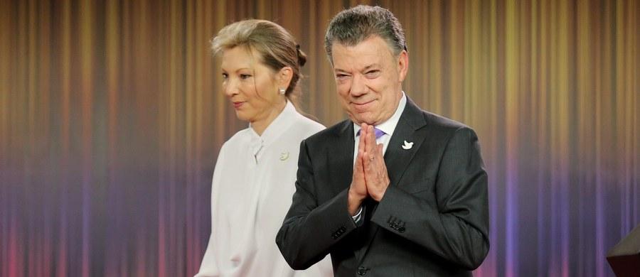 """Prezydent Kolumbii Juan Manuel Santos, laureat tegorocznej Pokojowej Nagrody Nobla, zapowiedział, że pieniądze z tej nagrody - ponad 900 tys. dolarów - przekaże ofiarom wojny domowej w swoim kraju. """"Pokojowa Nagroda Nobla należy do Kolumbijczyków, przede wszystkich do tych, którzy ucierpieli w wyniku wojny"""" - napisał na Twitterze Santos."""