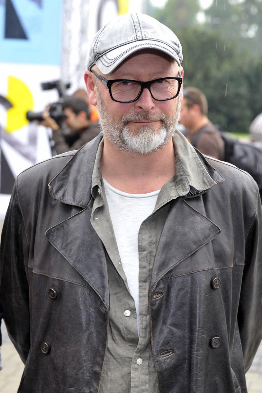 """Wcielenie pojęcia """"niepokorność"""". Każdy jego film to wstrząs dla widzów, a jednocześnie kinowe arcydzieło. Wojciech Smarzowski to reżyser obok którego nie sposób przejść obojętnie. Na 14. Festiwalu Filmowym Tofifest odbierze specjalnego Złotego Anioła za niepokorność twórczą."""