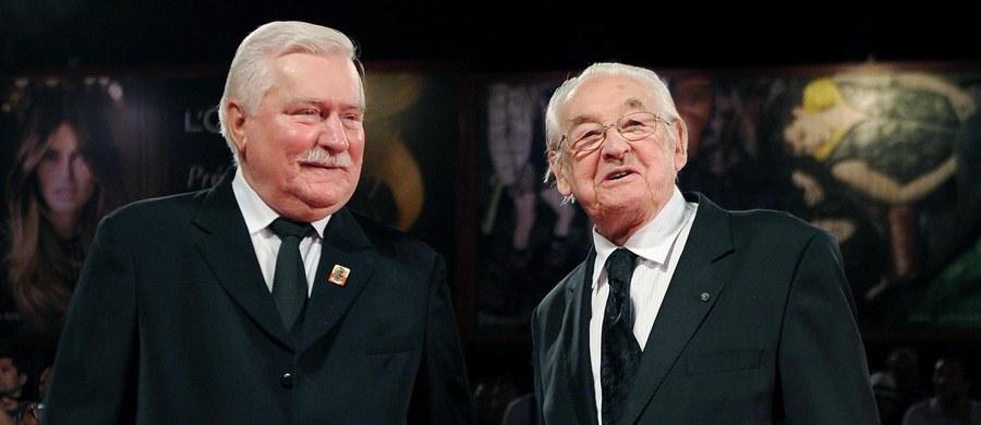 """""""Cieszyć powinno nas wszystkich, że właściwie wszyscy docenili jego wielkość, patriotyzm, reżyserską wielkość, jako człowieka docenili... To jest budujące i to jest prawdziwe. To był wielki patriota, wielki Polak i wielki człowiek"""" - tak zmarłego w niedzielę Andrzeja Wajdę wspominał Lech Wałęsa, który był bohaterem jego filmu """"Wałęsa. Człowiek z nadziei"""". """"Moje pokolenie uczyło się na filmach Wajdy patriotyzmu. On nawet w trudnych czasach komunistycznych przemycał, jak być patriotą Polakiem"""" - podkreślał były prezydent."""