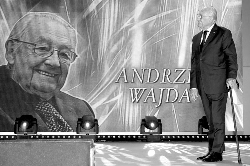 Andrzej Wajda nie tylko podejmował najbardziej trudne i ważne tematy z polskiej historii, ale też rozsławiał naszą kinematografię na całym świecie - powiedział historyk prof. Henryk Samsonowicz. To wybitny artysta, jego śmierć jest ciosem - podkreślił.