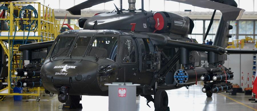 To jedna, wielka ustawka - sytuacja, w której producenci i związkowcy dyktują to, co MON kupuje - tak b. wicepremier i b. szef MON Tomasz Siemoniak (PO) ocenił zapowiedź zakupu przez rząd śmigłowców Black Hawk produkowanych przez zakłady PZL Mielec. Szef MON Antoni Macierewicz zapowiedział, że pierwsze śmigłowce Black Hawk pozwalające na realizację ćwiczeń przez siły specjalne zostaną im dostarczone już w tym roku. W ubiegłym tygodniu resort rozwoju poinformował, że negocjacje umowy offsetowej z Airbus Helicopters ws. kontraktu na zakup śmigłowców Caracal dla polskiej armii zostały zakończone. Jak podano, kontrahent nie przedstawił oferty offsetowej zabezpieczającej w należyty sposób interes ekonomiczny i bezpieczeństwo państwa polskiego.