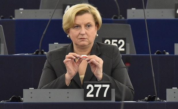 """Rosja działa w sferze propagandy jak Państwo Islamskie. Komisja ds. zagranicznych Parlamentu Europejskiego przyjęła znaczą większością głosów jeden z najmocniejszych w historii PE raportów o Rosji. To raport autorstwa byłej szefowej polskiej dyplomacji, Anny Fotygi, który demaskuje rosyjską propagandę i stawia ją na równi z propagandą Państwa Islamskiego. Po przegłosowaniu w listopadzie na sesji plenarnej dokument ten stanie się stanowiskiem całego Parlamentu Europejskiego. """"Politycy w UE budzą się"""" - skomentowała dla RMF FM, Anna Fotyga."""