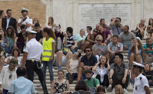 Mieszkańcy historycznego centrum Rzymu przystąpili do obrony wyremontowanych Schodów Hiszpańskich przed zniszczeniem. Przygotowali ulotki, które rozdają włoskim i zagranicznym turystom, siedzącym na stopniach.