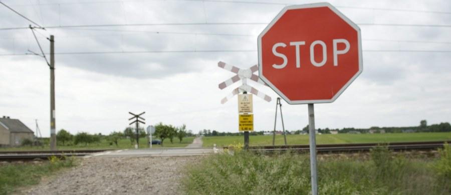 Trzy osoby zostały lekko poszkodowane w zderzeniu ciężarówki z pociągiem osobowym w Daszewie w okolicy Białogardu w woj. zachodniopomorskim. Maszynista miał 1,5 promila alkoholu w wydychanym powietrzu. Trasa kolejowa z Kołobrzegu do Poznania jest zablokowana. Informację o tym wypadku dostaliśmy na Gorącą Linię RMF FM.