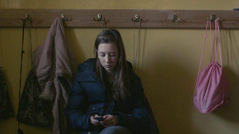 """Nagrodzony właśnie na Warszawskim festiwalu Filmowym, a wcześniej na festiwalu w Locarno dokument """"Komunia"""" w reżyserii debiutującej Anny Zameckiej będzie można zobaczyć w kinach 25 listopada oraz dwa dni później 27 listopada w HBO i HBO GO. Dokument pojawi się również na nadchodzących prestiżowych festiwalach w Lipsku i Amsterdamie."""