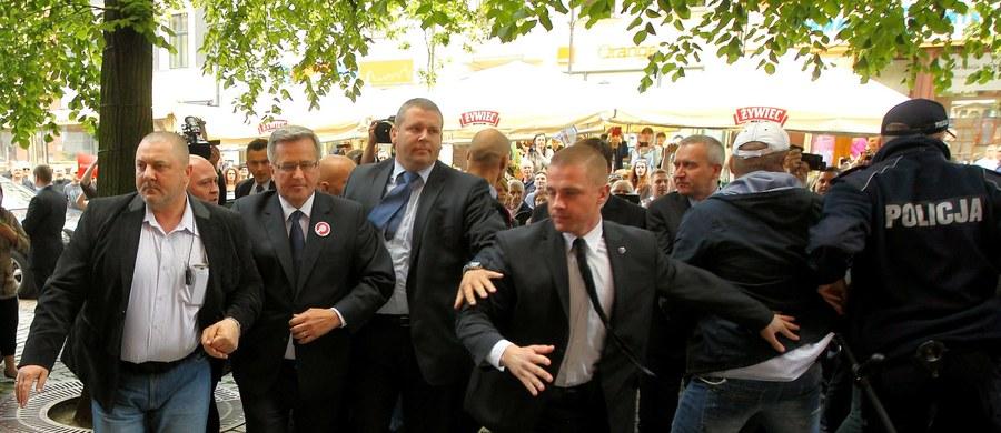 Odebrałem to jako jednoznaczny atak i zagrożenie - zeznał przed sądem w Toruniu Bronisław Komorowski w procesie Remigiusza D., który jest oskarżony o czynną napaść w maju 2015 r. na sprawującego wówczas urząd prezydenta. Mężczyźnie grozi kara od 3 miesięcy do 5 lat pozbawienia wolności.
