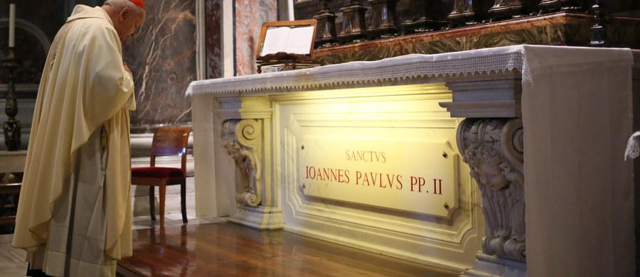 W przypadający w sobotę dzień wspomnienia liturgicznego świętego Jana Pawła II przy jego grobie w bazylice watykańskiej odprawiono rano mszę. Przewodniczył jej metropolita krakowski kardynał Stanisław Dziwisz.