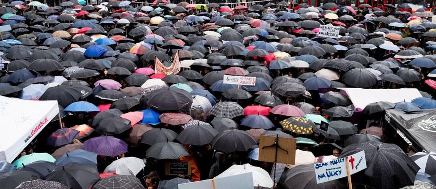 W ponad stu miastach w Polsce i za granicą odbędą się wydarzenia związane ze strajkiem kobiet. Będą to marsze, manifestacje i debaty. 90 proc. wydarzeń zgłoszono w małych miastach - poinformowali w sobotę we Wrocławiu organizatorzy z Komitetu Inicjatywnego Strajku Kobiet.
