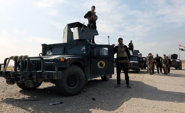 Pomocy lekarskiej musiano udzielić prawie tysiącu osób, skarżących się na problemy z oddychaniem, spowodowane trującymi oparami z zakładów chemicznych koło Mosulu na północy Iraku, które - jak się podejrzewa - podpalili dżihadyści z Państwa Islamskiego.