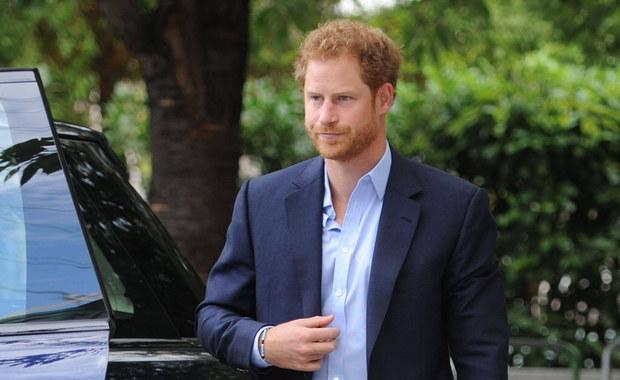 Wnuk brytyjskiej królowej, książę Harry będzie pobierał nauki u słynnego zaklinacza koni z Kalifornii. Monty Roberts jest twórcą techniki porozumiewania się z tymi zwierzętami za pośrednictwem języka ciała. Jest ona używana podczas rehabilitacji żołnierzy, cierpiących na stres pourazowy. Brytyjki arystokrata będzie próbował zgłębić jej tajniki i propagować stosowanie terapii wśród weteranów