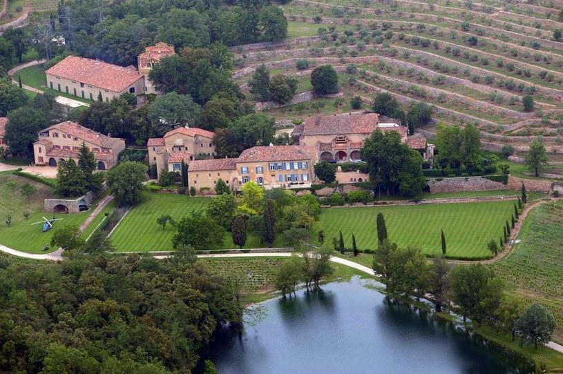 W środku postępowania rozwodowego, Brad Pitt i Angelina Jolie postanowili sprzedać swój zamek Miraval, znajdujący się w południowej Francji, w departamencie Var. Nabywca będzie musiał wydać kilkadziesiąt milionów euro.