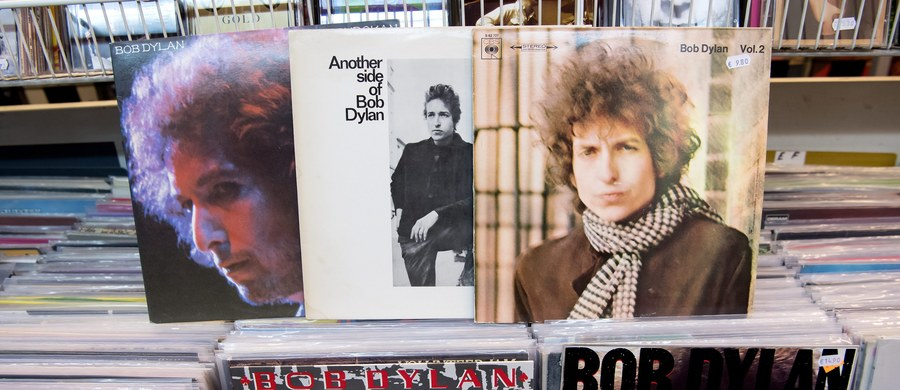 Bob Dylan w piątek przerwał milczenie i powiadomił sekretarz Akademii Szwedzkiej Sarę Danius, że przyjmuje przyznaną mu literacką nagrodę Nobla – czytamy na stronie internetowej Fundacja Nobla. Artysta zamierza też uczestniczyć w ceremonii wręczenia nagrody.