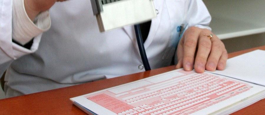 Zaświadczenia lekarskie m.in. o czasowej niezdolności do pracy mogą być wystawiane na tradycyjnych papierowych drukach do końca 2018 r. Tak zakłada projekt ustawy Ministerstwa Rodziny, Pracy i Polityki Społecznej.