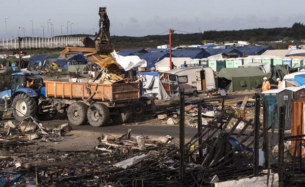 """Prezydent Francji - Francois Hollande - oświadczył, że rozmawiał z brytyjską premier Theresą May o wzięciu przez Wielką Brytanię """"części odpowiedzialności"""" za nieletnich mieszkańców zlikwidowanego obozu dla migrantów w Calais, na północy Francji."""