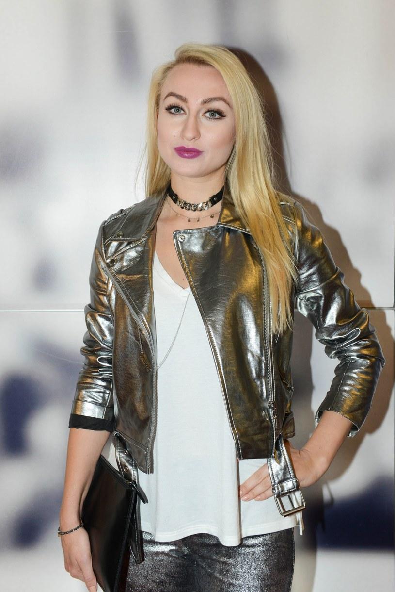 W październiku w sieci pojawił się klip DJ Alena Sarella. Gościnnie w utworze zaśpiewała Polka Ivs Alter.