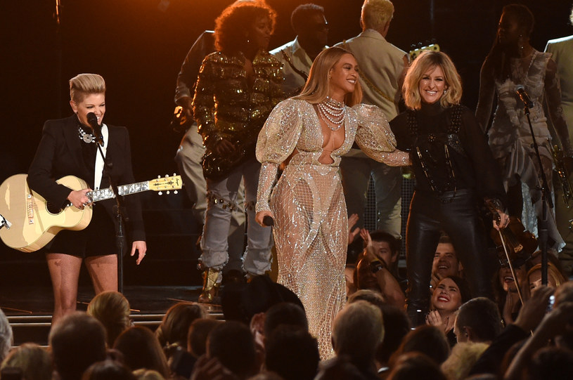 """Beyonce, bez wcześniejszych zapowiedzi, wystąpiła podczas tegorocznej gali rozdania nagród Country Music Awards. Wokalistka wraz z trio The Dixie Chicks zaśpiewała swój utwór """"Daddy Lessons"""" z płyty """"Lemonade""""."""