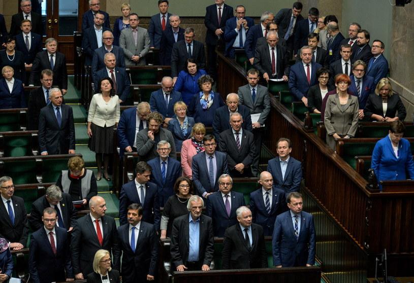 Sejm Rzeczypospolitej Polskiej, wspominając postać Andrzej Wajdy, czci jego pamięć i oddaje mu hołd za jego ogromne zasługi dla historii kina i teatru oraz artystyczny kunszt na przestrzeni lat - brzmi uchwała przyjęta przez aklamację w piątek przez posłów.