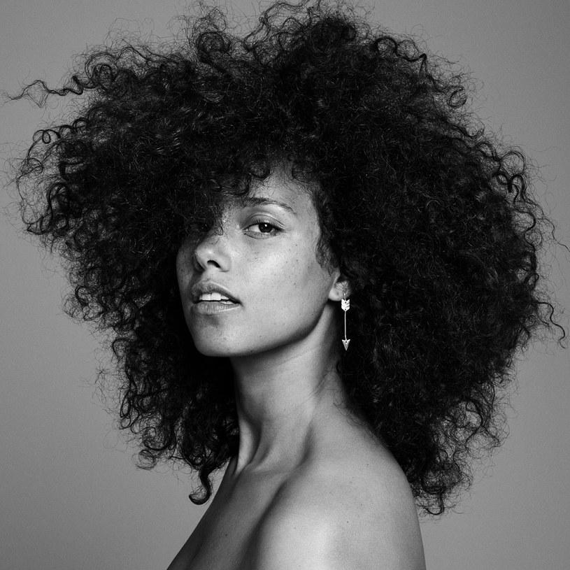 """Alicia Keys w doskonałej formie, po czteroletniej wydawniczej przerwie, wraca z albumem """"Here"""", który pokazuje, jak długą drogę przeszła - od wydanego w 2001 debiutu """"Songs in a Minor"""", przepełnionego potężnymi klawiszowymi akordami, do roku 2016, gdy jej talent błyszczy bez ozdobników."""