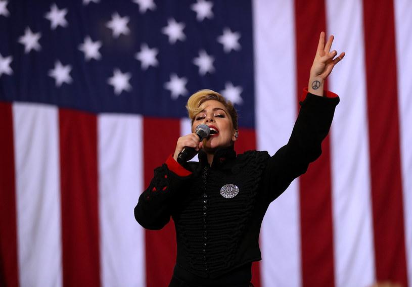 Sporo kontrowersji wywołało wystąpienie Lady Gagi na wiecu Hilary Clinton w Charlotte. Jednak wiele osób oburzyło nie to, co mówiła wokalistka, a to, co na sobie miała.