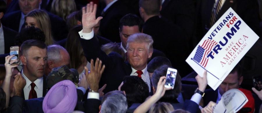 Nowojorski miliarder, inwestor budowlany i celebryta telewizyjny bez żadnego politycznego dorobku ani doświadczenia. W oczach wyborców nie zaszkodziły mu najbardziej szokujące wypowiedzi i obietnice, nieoczekiwanie stał się przywódcą milionów Amerykanów zbuntowanych przeciw politycznym elitom. Jego opinie w sprawach międzynarodowych - podważanie wartości sojuszy USA, ugodowa postawa wobec Rosji i podziw dla dyktatorów - niepokoiły przywódców państw sprzymierzonych, którzy obawiali się, że objęcie przez niego władzy może doprowadzić do dalszego regresu demokracji na świecie i osłabienia globalnego przywództwa USA. Poznajcie Donalda J. Trumpa, 45. prezydenta Stanów Zjednoczonych.