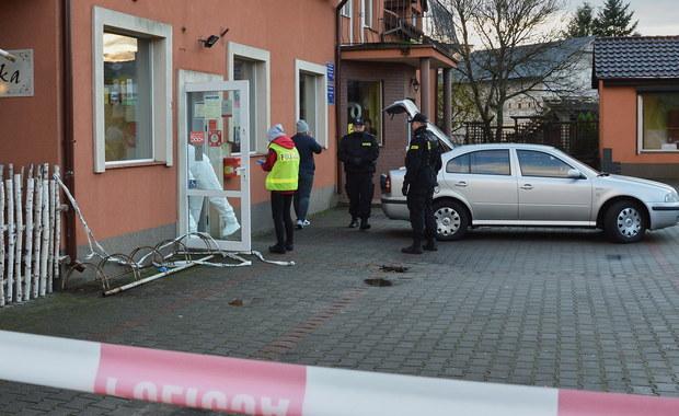 Sąd Rejonowy w Lęborku przychylił się do wniosku prokuratury i zdecydował o tymczasowym aresztowaniu 26-letniego mężczyzny, który w poniedziałek zaatakował siekierą pracownicę poczty w Mostach (Pomorskie). 49-letnia kobieta jest w stanie ciężkim. Mężczyźnie grozi do 15 lat więzienia.