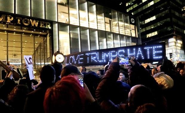 """Masowe protesty w Stanach Zjednoczonych. Boston, Nowy Jork, Seattle, Portland, Filadelfia, Chicago. Wszędzie słychać """"Donald Trump to nie nasz prezydent"""". W ten sposób mieszkańcy wyrażają swoje niezadowolenie z wyników wyborów prezydenckich."""