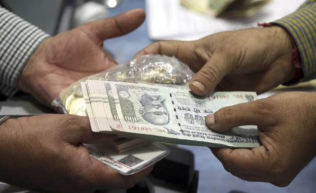 Indyjskie banki wezwały na pomoc tysiące policjantów, by zapanować nad kolejkami tych, którzy chcą wymienić banknoty o najwyższych nominałach - podaje Reuters. Rząd unieważnił banknoty o nominałach 500 i 1000 rupli. Obywatele na wymianę mają czas do końca grudnia, jednak banki nakładają ograniczenia.