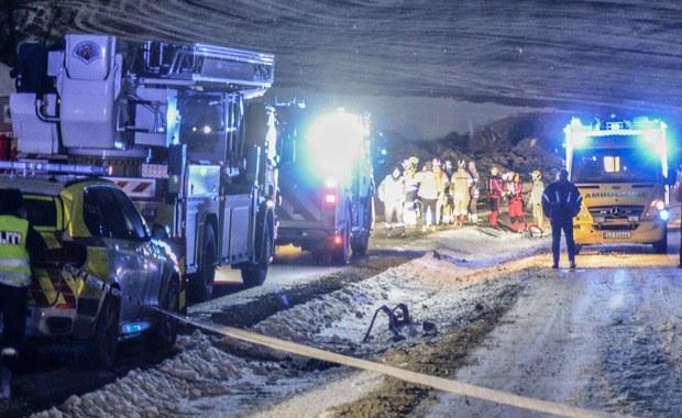 """Trzy osoby są zaginione po osunięciu się ziemi w powiecie Sørum w Norwegii. Teren wokół blisko 300-metrowego osuwiska zamknięto. Na miejsce ściągnięto ekipy ratownicze z psami. """"Obawiamy, że nie ma już szans na odnalezienie kogoś przy życiu"""" – powiedział Knut Hammer z lokalnej policji."""