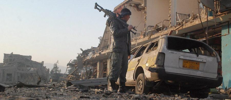 Ponownie zaatakowano niemiecki konsulat w Mazar-i-Szarif na północy Afganistanu - poinformowało w oświadczeniu ministerstwo spraw zagranicznych Niemiec. Wcześniej tego samego dnia zamachowiec wjechał samochodem w ścianę konsulatu i zdetonował ładunek wybuchowy.