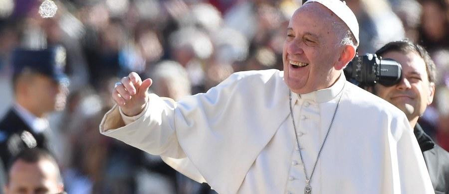 """Papież Franciszek powiedział dziennikowi """"La Repubblica"""", że ubodzy powinni wejść do polityki - tej wzniosłej, a nie opanowanej przez egoizm i demagogię. Przyznał, że jest nazywany komunistą. Ocenił jednak, że to komuniści myślą jak chrześcijanie."""