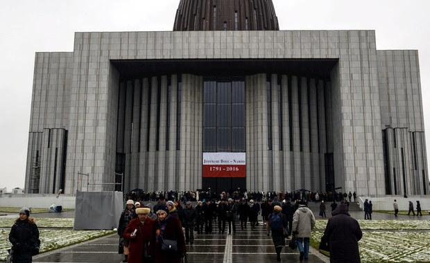 Kilka tysięcy osób, w tym najważniejsi przedstawiciele duchowieństwa, władz państwowych i samorządowych zgromadziło uroczyste otwarcie Świątyni Opatrzności Bożej w Warszawie. Uczestniczymy w historycznym wydarzeniu - mówił podczas mszy świętej za Ojczyznę metropolita warszawski kard. Kazimierz Nycz. Świątynia wymaga jeszcze wykonania wielu prac, które mogą kosztować nawet 30 mln złotych.