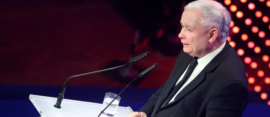 """Wyciągamy rękę do tych wszystkich, którzy niezależnie od różnic, nawet różnic daleko idących chcą silnej Polski, chcą silnej Europy - mówił w Krakowie prezes Prawa i Sprawiedliwości Jarosław Kaczyński. Podkreślał, że wolność i niepodległość nie są zapewnione na zawsze, to zadanie, o którym trzeba ciągle pamiętać. """"Nie mogę powiedzieć, że dziś nasza wolność, nasza suwerenność, nasze prawo do podejmowania decyzji odnoszących się do naszego kraju, do naszych interesów, nie jest przez nikogo podważane"""" - dodał Kaczyński."""