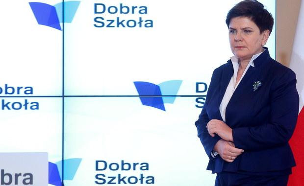 Najpoważniejsze wyzwanie, które przed nami stoi, to uporządkowanie spraw w Europie; reforma Unii Europejskiej musi zostać przeprowadzona - mówiła w Krakowie premier Beata Szydło. Podkreśliła, że nie można pozwolić na naruszenie suwerenności Polski. Premier i prezes PiS Jarosław Kaczyński uczestniczyli w piątek wieczorem w zorganizowanych przez to ugrupowanie obchodach Święta Niepodległości w Krakowie.
