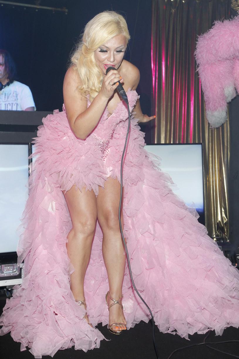 """Znana z m.in. seriali """"Plebania"""" i """"Samo życie"""" aktorka i wokalistka Monika Jarosińska zgłosiła się do konkursu na najlepszy cover Amy Winehouse."""