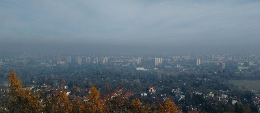 W podkrakowskich Zielonkach i Wielkiej Wsi jedna z nowopowstałych innowacyjnych firm rozpoczęła instalację czujników smogu! Te niewielkie urządzenia pozwalają na przeprowadzenie szczegółowej analizy składu powietrza w czasie rzeczywistym. To na razie tylko testy, bo młodzi przedsiębiorcy chcą stworzyć w Krakowie sieć takich czujników, która bardzo dokładnie pokaże poziomy zanieczyszczenia powietrza w danym miejscu.