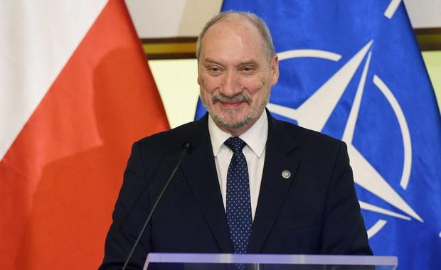 Macie jedną partię polityczną, tą partią jest Polska, żadna inna - powiedział w sobotę do uczestników konferencji organizacji proobronnych szef MON Antoni Macierewicz. Zaapelował też o ujednolicenie modelu ćwiczeń w poszczególnych stowarzyszeniach.