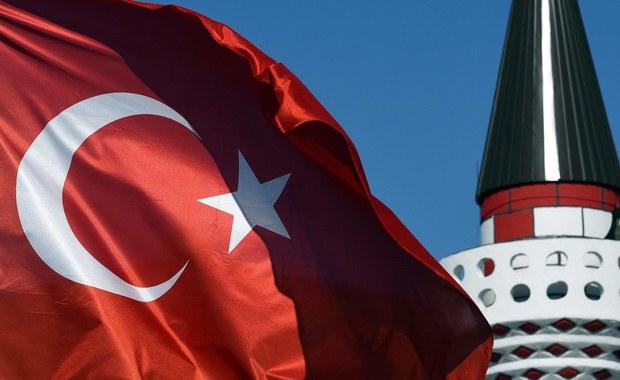"""ONZ wyraziła w sobotę """"głębokie zaniepokojenie"""" z powodu złożonego w tureckim parlamencie projektu ustawy, która w pewnych wypadkach pozwala na anulowanie kary za gwałt na nieletnich, jeśli gwałciciel zgodzi się poślubić ofiarę gwałtu. Poprzedniego dnia Turczynki demonstrowały tłumnie na ulicach Ankary, Stambułu i innych miast przeciwko projektowi ustawy, którego pierwsze czytanie odbyło się w parlamencie w czwartek."""