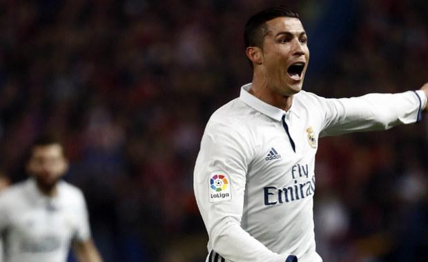 """W hicie 12. kolejki Premiera Division Real Madryt pokonał na wyjeździe Atletico 3:0. Wszystkie bramki w tym spotkaniu zdobył Cristiano Ronaldo. """"Królewscy"""" umocnili się dzięki temu na pozycji lidera."""