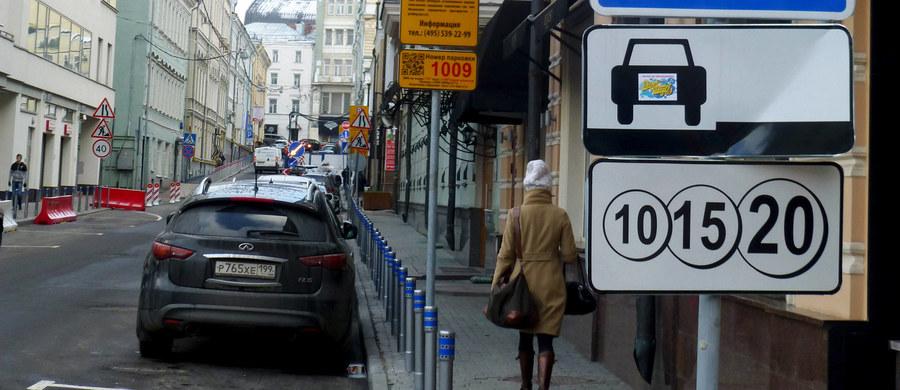 Mieszkańców Moskwy czeka niemiła niespodzianka. Opłaty za parkowanie w centrum rosyjskiej stolicy wzrosną o 150 proc. Godzina postoju ma kosztować w przeliczeniu około 13 złotych.