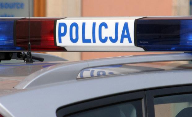 Kilkunastogodzinna akcja na razie bez efektu. Mazowiecka policja szuka pirata drogowego, który w nocy w Żyradowie uszkodził sześć samochodów. Trzy osoby z niegroźnymi obrażeniami trafiły do szpitala. Mimo że znana jest tożsamość kierowcy - wciąż nie udało się go zatrzymać.