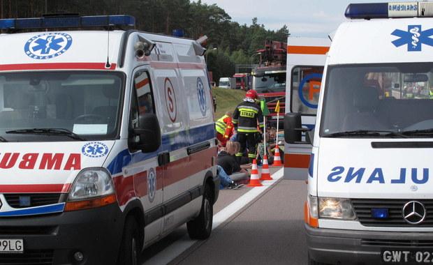 Cztery osoby - kobieta i trzej mężczyźni - zginęły w wypadku na drodze wojewódzkiej numer 728 w miejscowości Bełek w powiecie grójeckim. Samochód osobowy z nieznanych przyczyn uderzył tam w drzewo. Jedna osoba została przewieziona do szpitala w Radomiu. Zgłoszenie o wypadku dostaliśmy na Gorącą Linię RMF FM.