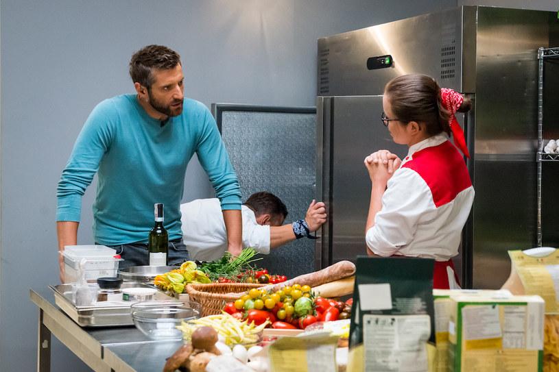 """Już we wtorek, 22 listopada, wielki finał szóstej edycji """"Hell's Kitchen - Piekielna Kuchnia"""". Po raz pierwszy nie poprowadzi go Paulina Sykut-Jeżyna. Zastąpi ją gwiazda, która pojawiła się w programie w tym sezonie. Kto to taki?"""