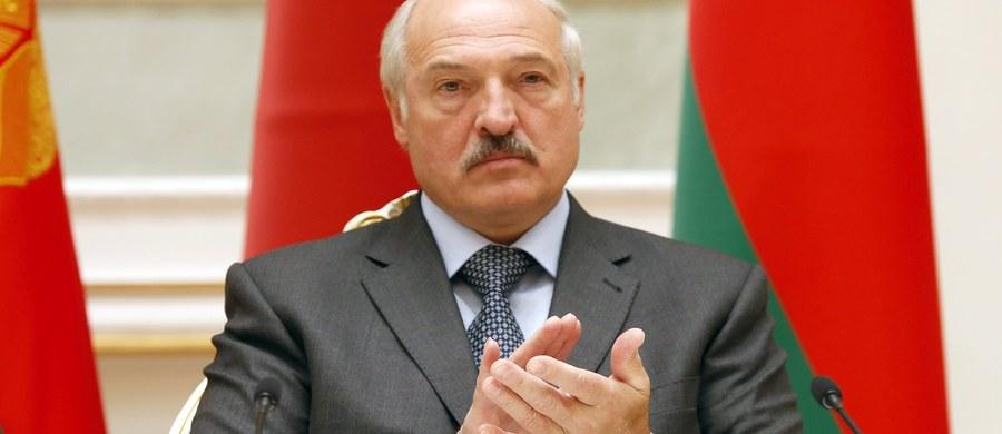 """Prezydent Białorusi Alaksandr Łukaszenka zadeklarował zamiar budowania dobrych relacji z Unią Europejską. Wyraził też zaniepokojenie napięciami między UE i Rosją. """"Mamy wyjątkową szansę, by nasza współpraca przynosiła obopólne korzyści, które będą sprzyjać rozwojowi gospodarczemu i dobru naszych społeczeństw"""" - powiedział Łukaszenka."""