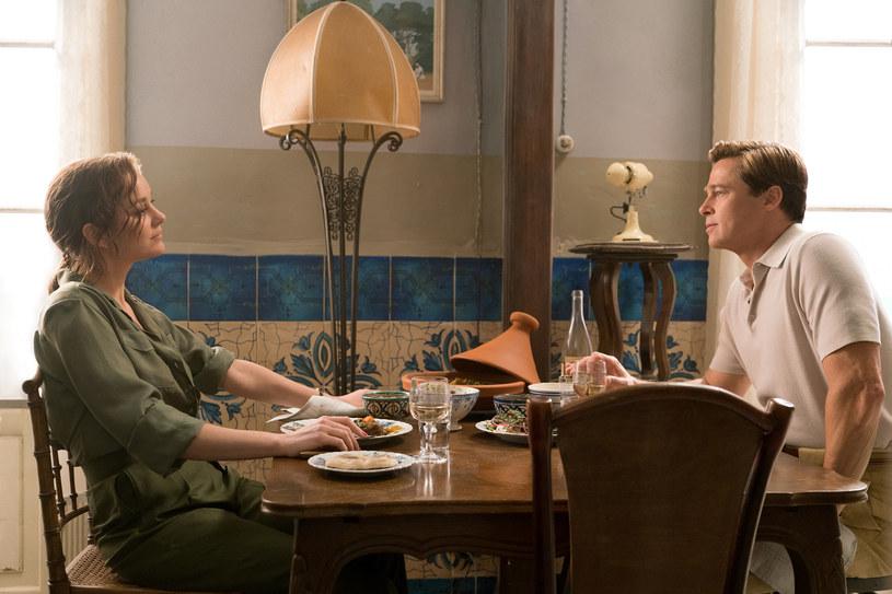 """Na początku """"Sprzymierzonych"""" as kanadyjskiego wywiadu Max Vatan (Brad Pitt) przybywa do Casablanki, aby razem z francuską agentką Marianne Beausejour (Marion Cotillard) dokonać zamachu na niemieckiego ambasadora. Mamy 1942 rok, świat płonie. Skojarzenia z """"Casablanką"""" Michaela Curtiza są jak najbardziej na miejscu."""